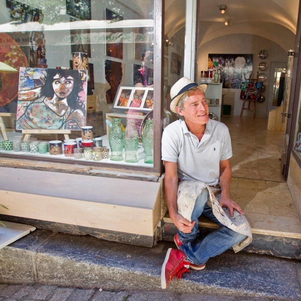 L'artiste Pep's devant sa galerie dans la vieille ville de Briançon